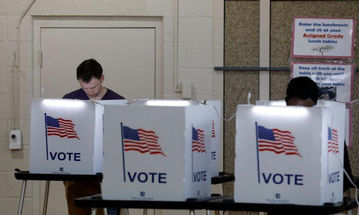 La gente vota en las primarias de Michigan en Detroit, el 10 de marzo de 2020. (JEFF KOWALSKY/AFP vía Getty Images)