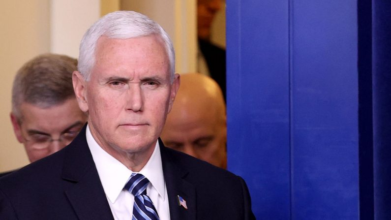 El vicepresidente Mike Pence y los miembros de la Fuerza de Tarea de Coronavirus llegan para una conferencia de prensa en la Casa Blanca en Washington, el 6 de marzo de 2020. (Win McNamee/Getty Images)