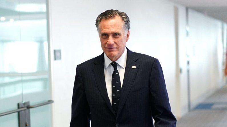 El senador Mitt Romney (republicano de Utah) llega para el almuerzo político republicano en el edificio de oficinas del Senado de Hart en Washington, el 19 de marzo de 2020. (Mandel Ngan / AFP a través de Getty Images)