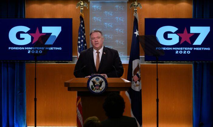 El secretario de Estado Mike Pompeo habla durante una conferencia de prensa en el Departamento de Estado en Washington el 25 de marzo de 2020. (Andrew Caballero-Reynolds / AFP a través de Getty Images)