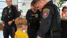 Foto de niño rezando por la seguridad de tres policías en un restaurante se viraliza en Facebook