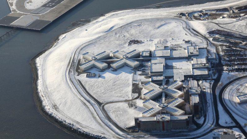 El complejo carcelario de Rikers Island bajo un manto de nieve en el distrito del Bronx de la ciudad de Nueva York el 5 de enero de 2018. (John Moore/Getty Images)