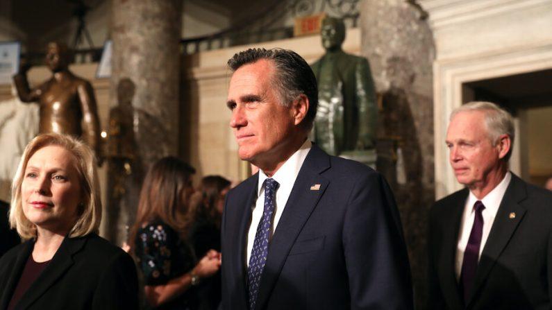 El senador Mitt Romney ( R-Utah), camina por Statuary Hall con otros senadores hacia la Cámara de Representantes para el discurso sobre el Estado de la Unión del presidente Donald Trump, en el Capitolio de Washington el 4 de febrero de 2020. (Charlotte Cuthbertson/The Epoch Times)