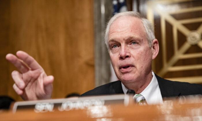 El Presidente del Comité de Seguridad Nacional del Senado Ron Johnson (R-Wis.) habla al comienzo de una audiencia del Comité en Washington el 5 de marzo de 2020. (Samuel Corum/Getty Images)