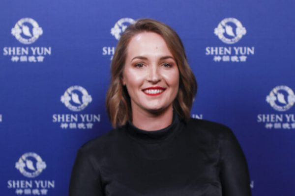 "Shen Yun es ""súper poderoso"", dice periodista que asistió con 11 miembros de la familia"