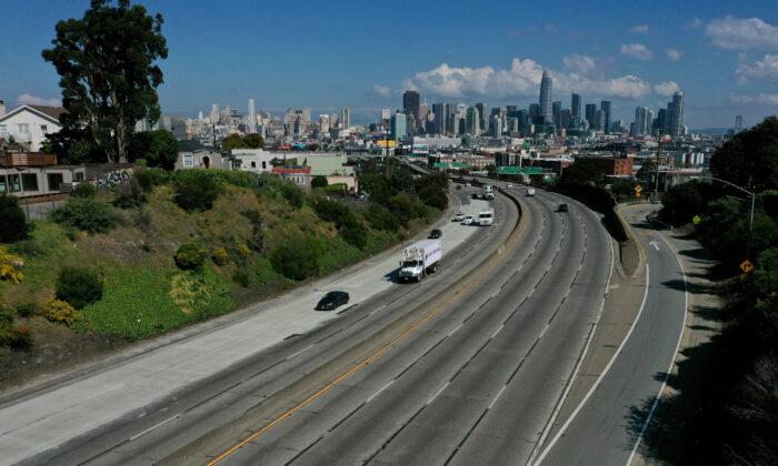 El tráfico del mediodía es más ligero de lo normal en la autopista 101 en San Francisco el 20 de marzo de 2020. Todo el Estado de California recibió la orden de refugiarse en un lugar. (Justin Sullivan / Getty Images)