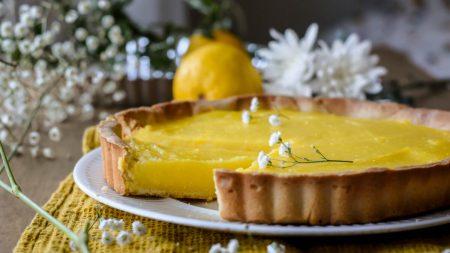 Esta elegante tarta francesa de limón es una dulce rebanada de sol