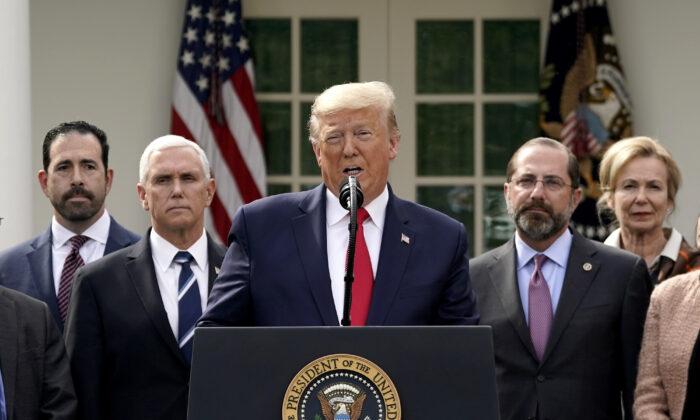 El presidente Donald Trump da una conferencia de prensa sobre la actual pandemia mundial de coronavirus en el Jardín de las Rosas de la Casa Blanca en Washington, el 13 de marzo de 2020. (Drew Angerer/Getty Images)