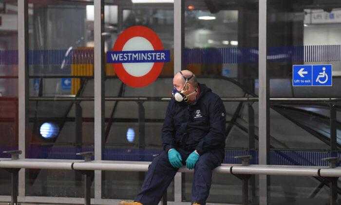 Una persona lleva una máscara protectora en una estación de metro en Londres, Inglaterra, el 25 de marzo de 2020. (Alex Davidson/Getty Images)