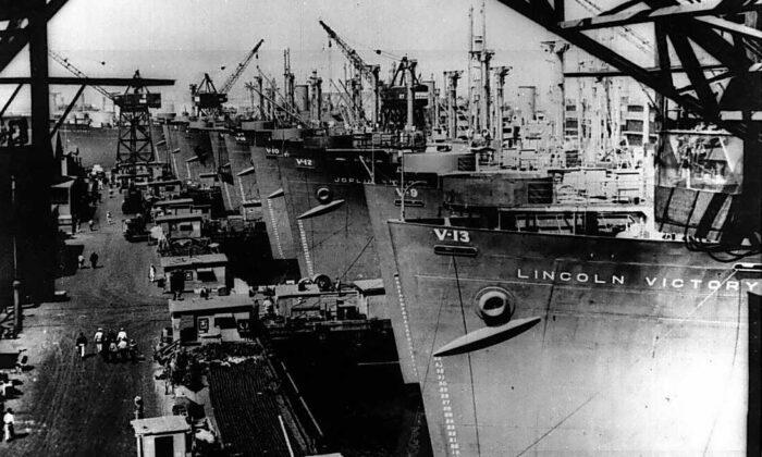Barcos Victoria siendo equipados en el astillero Calship, Wilmington, California, entre el 27 de abril y el 30 de mayo de 1944. (Dominio Público)