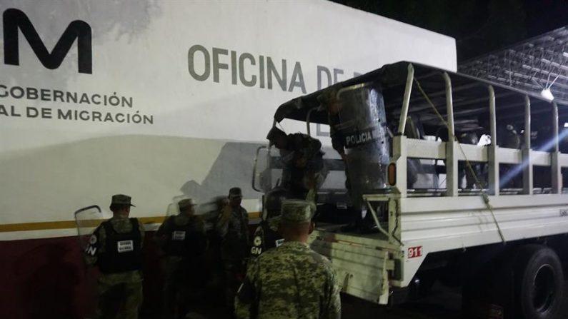 Fotografía fechada el 23 de marzo del 2020, que muestra a integrantes de la Guardia Nacional, arribando a la estación migratoria Siglo XXI, donde se suscitó un conato de motín por parte de migrantes en la ciudad de Tapachula en el estado de Chiapas (México). EFE/Juan Manuel Blanco