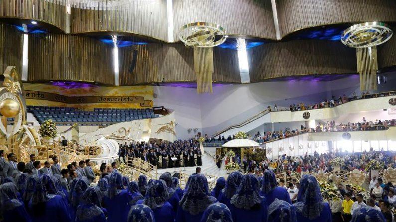"""Fieles de la iglesia la Luz del Mundo participan en la ceremonia de bautizo en el marco de la """"Santa Convocación"""", en la ciudad de Guadalajara, estado de Jalisco (México). EFE/ Francisco Guasco/Archivo"""
