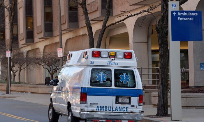 Una ambulancia pasa por el Hospital Brigham and Women's, que estaba estableciendo un sitio de pruebas de coronavirus, en Boston, Massachusetts, el 7 de marzo de 2020. (Joseph Prezioso/AFP a través de Getty Images)