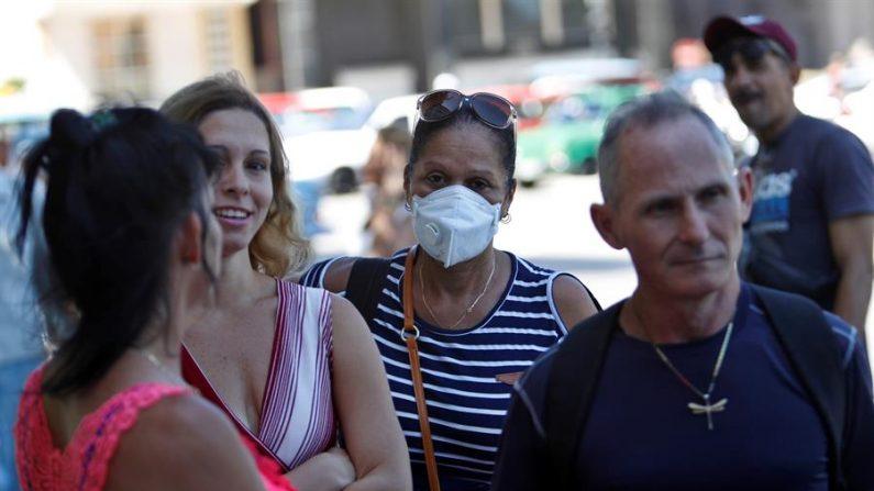 Cubanos son vistos usando tapabocas como una medida contra el virus del PCCh el 13 de marzo de 2020 en La Habana, Cuba. EFE/ Yander Zamora
