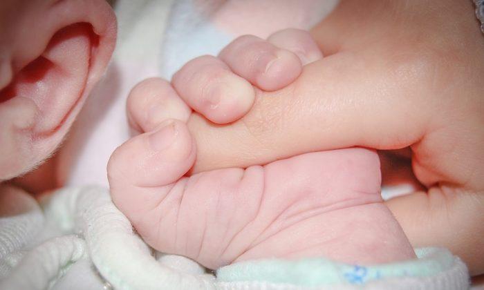 Bebé recién nacido junto a su papá. (Jarmoluk /Pixabay)