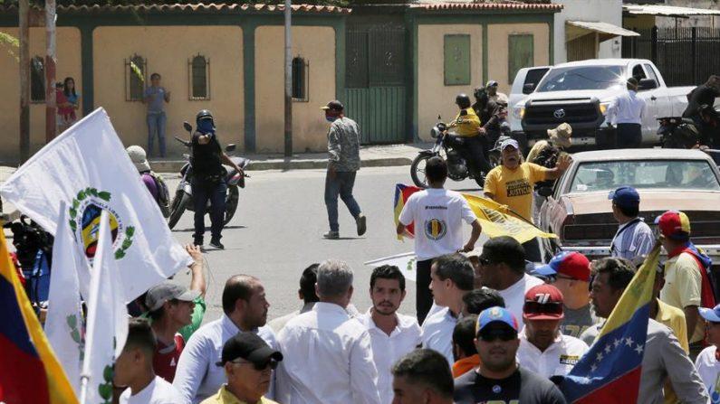 Fotografía cedida por la oficina de prensa de Juan Guaidó que muestra al líder opositor Juan Guaidó (c-d) mientras forma parte de un acto junto a sus seguidores, mientras motorizados encapuchados (atrás-i) los ahuyentan de la zona, en Barquisimeto (Venezuela). EFE/Oficina Prensa Juan Guaidó