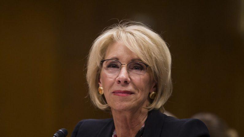 La Secretaria de Educación, Betsy DeVos, testifica durante un Comité del Senado que discute las estimaciones presupuestarias propuestas y la justificación para el año fiscal 2020 para el Departamento de Educación el 28 de marzo de 2019. (Zach Gibson/Getty Images)