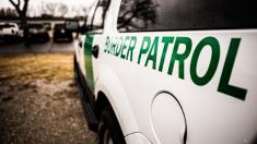 """Dos inmigrantes ilegales son descubiertos dentro de una maleta acomodados """"de cucharita"""""""