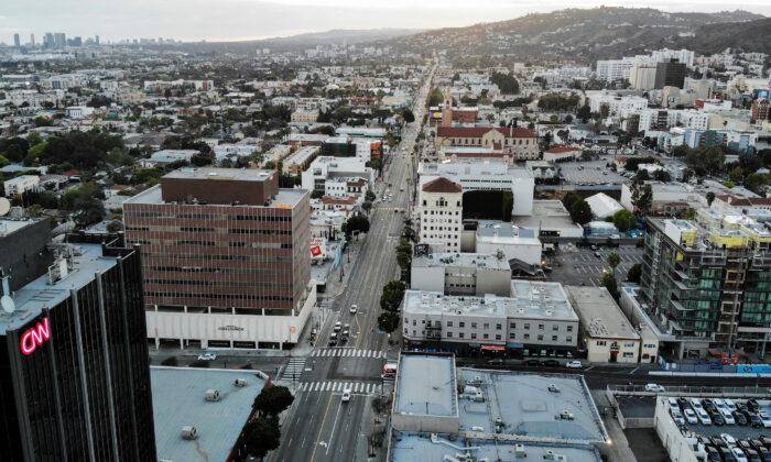 Una vista aérea de Sunset Boulevard, poco antes de la puesta de sol, con un tráfico más ligero de lo normal en medio de la pandemia del virus del PCCh en Los Ángeles, California, el 25 de marzo de 2020. (Mario Tama/Getty Images)