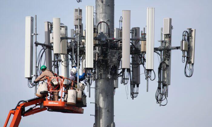 Una brigada trabaja en una torre de telefonía móvil para actualizarla en el manejo de la nueva red 5G en Orem, Utah, el 10 de diciembre de 2019. (George Frey/AFP vía Getty Images)