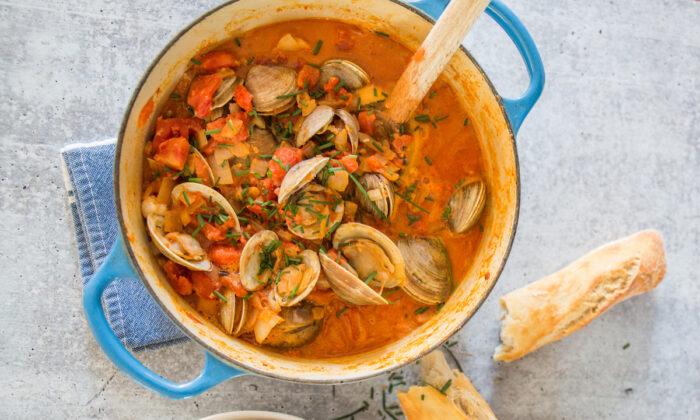 Chorizo, tomates en lata y un toque de crema convierten una olla básica de almejas en una cena satisfactoria. (Caroline Chambers)