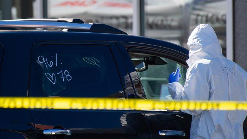 Los signos vitales de un paciente se ven escritos en la ventanilla de un coche mientras el personal médico de AFC Urgent Care realiza pruebas de Covid-19 en el aparcamiento de su ubicación en el norte de Andover, Massachusetts, EE.UU. 27 de marzo de 2020. EFE/EPA/AMANDA SABGA