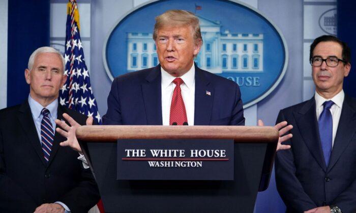El Presidente de los Estados Unidos, Donald Trump, habla durante una conferencia de prensa sobre el brote de COVID-19 flanqueado por el Secretario del Tesoro Steven Mnuchin (R) y el Vicepresidente Mike Pence en la Casa Blanca en Washington, D.C., el 25 de marzo de 2020. (Mandel Ngan/AFP vía Getty Images)