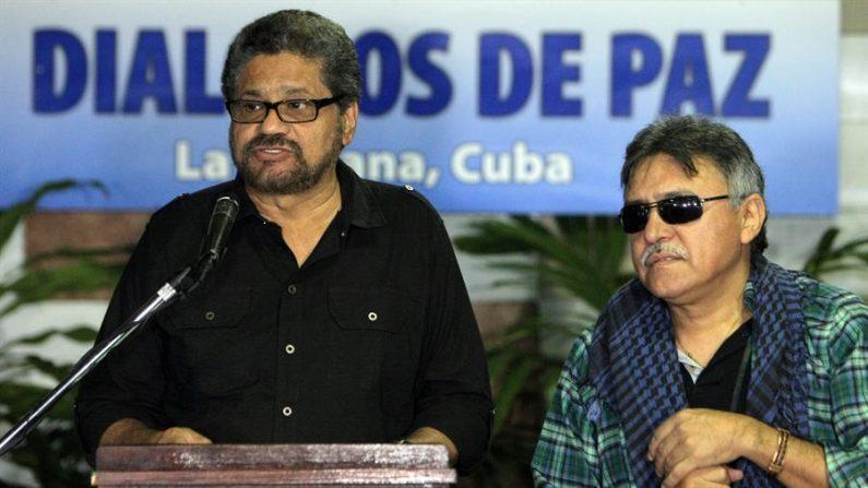 """El exnegociador de paz de la antigua guerrilla de las FARC Luciano Marín, alias """"Iván Márquez"""", y Seuxis Paucias Hernández, alias """"Jesús Santrich"""". EFE/Ernesto Mastrascusa/Archivo"""
