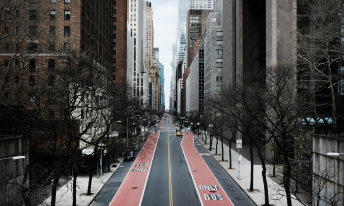La calle 42 está casi vacía ya que gran parte de la ciudad está sin coches y sin peatones por miedo a propagar el virus del PCCh en la ciudad de Nueva York el 22 de marzo de 2020. (Spencer Platt/Getty Images)