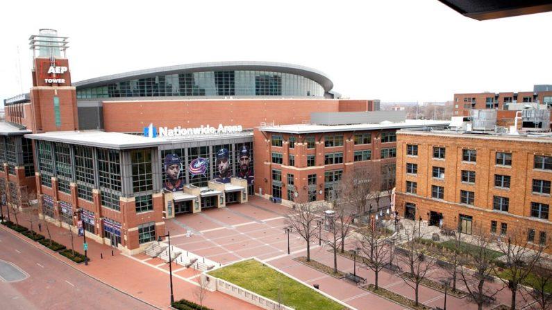 La plaza fuera del Nationwide Arena vacía en Columbus, Ohio, después de que se cancelara un partido de hockey por el nuevo brote del coronavirus, el 12 de marzo de 2020. (Kirk Irwin/Getty Images)