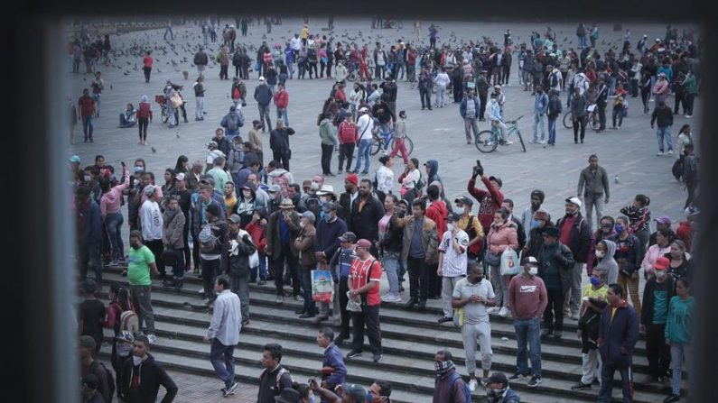 Fotografía cedida por la Alcaldía de Bogotá que muestra a un grupo de migrantes venezolanos, habitantes de calle y trabajadores informales que se reúnen, este martes, en la Plaza de Bolívar de Bogotá (Colombia) para pedir techo y alimento durante la cuarentena obligatoria decretada por el gobierno para frenar el contagio del virus del PCCh. EFE/ Diego Bauman / Alcaldía de Bogotá