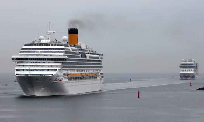 El Favolosa, a la izquierda, en una fotografía de archivo, se dirige a Florida junto con otro barco propiedad de Carnival Corporation. Ambos tienen gente enferma a bordo en medio de la pandemia ocasionada por el virus del PCCh. (Getty Images/Bernd Wuestneck/DPA/AFP)