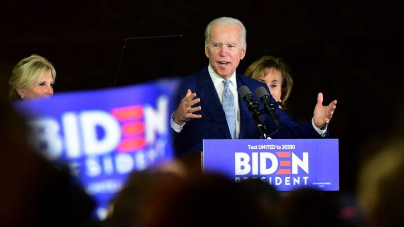 El aspirante a la presidencia demócrata, el exvicepresidente Joe Biden, junto con su esposa Jill (izquierda) y su hermana Valerie Biden Owens (derecha), hablan durante un evento del Super Martes en Los Ángeles, California, el 3 de marzo de 2020. (Frederic J. Brown/AFP vía Getty Images)