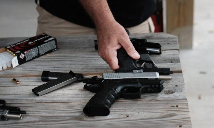"""Pistolas en un campo de tiro durante el """"Festival Rod of Iron Freedom"""" en Greeley, Pennsylvania, el 12 de octubre de 2019. (Spencer Platt/Getty Images)"""