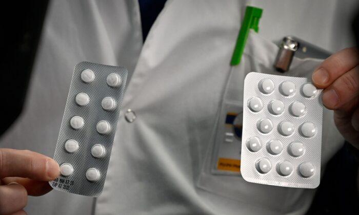 Una cápsula con comprimidos de Nivaquine que contiene cloroquina y Plaqueril y otra cápsula con comprimidos que contienen hidroxicloroquina. Dichos medicamentos han mostrado signos de eficacia contra el virus del PCCh, en el Instituto de Infecciones del Mediterráneo de la UIH en Marsella (Francia), el 26 de febrero de 2020. (Gerard Julien/AFP vía Getty Images)