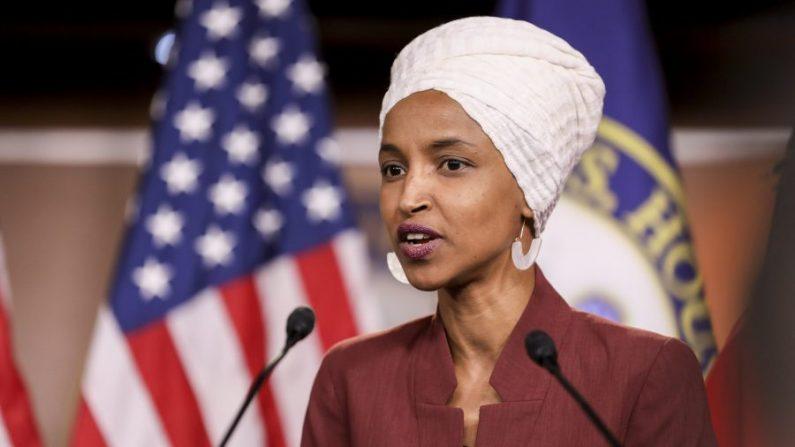 La representante Ilhan Omar (D-Minn.) habla en una conferencia de prensa en el Capitolio, el 15 de julio de 2019. (Holly Kellum/NTD)