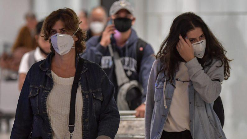 Pasajeros con máscaras llegan en un vuelo desde Italia al Aeropuerto Internacional de Guarulhos, en Sao Paulo, Brasil, el 2 de marzo de 2020. (Nelson Almeida/AFP vía Getty Images)
