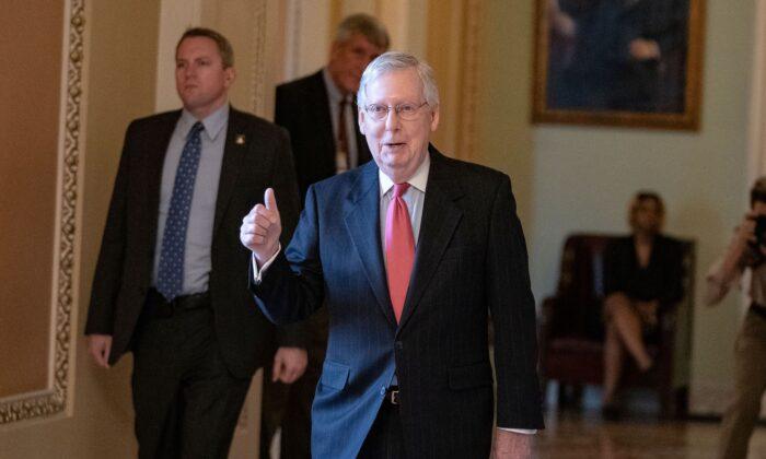 El líder de la Mayoría del Senado, Mitch McConnell, (R-KY) deja el piso del Senado de los EE.UU. en el Capitolio de los EE.UU. en Washington, D.C., el 25 de marzo de 2020. (Alex Edelman/AFP vía Getty Images)