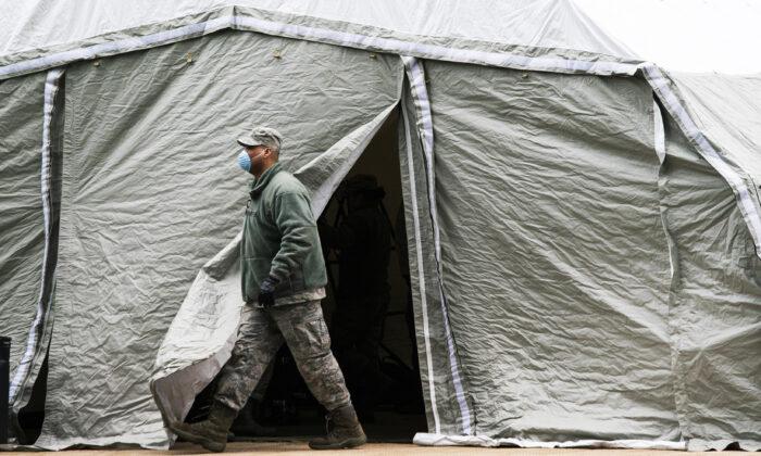 Un miembro de la Fuerza Aérea sale de una carpa erigida como una morgue improvisada afuera del Hospital Bellevue, en la ciudad de Nueva York, el 25 de marzo de 2020. (Eduardo Muñoz Álvarez/Getty Images)