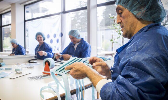 Empleados hacen máscaras protectoras en el Hospital Wilhelmina en Assen, Holanda, el 20 de marzo de 2020. (Vincent Jannink / ANP / AFP a través de Getty Images)