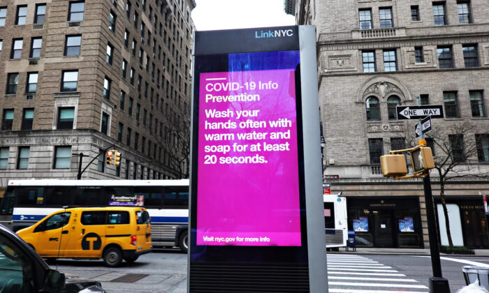 Una vista de una caja de LinkNYC con una actualización de COVID-19 Info NYC en la ciudad de Nueva York el 19 de marzo de 2020. (Cindy Ord/Getty Images)