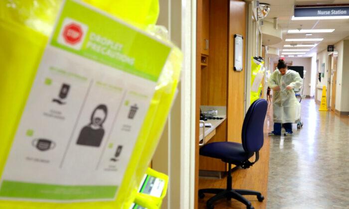 Enfermeras de la unidad de cuidados intensivos del Hospital MedStar St. Mary se visten con equipo de protección personal antes de entrar en la habitación de un paciente en Leonardtown, Maryland, el 24 de marzo de 2020. (Win McNamee/Getty Images)