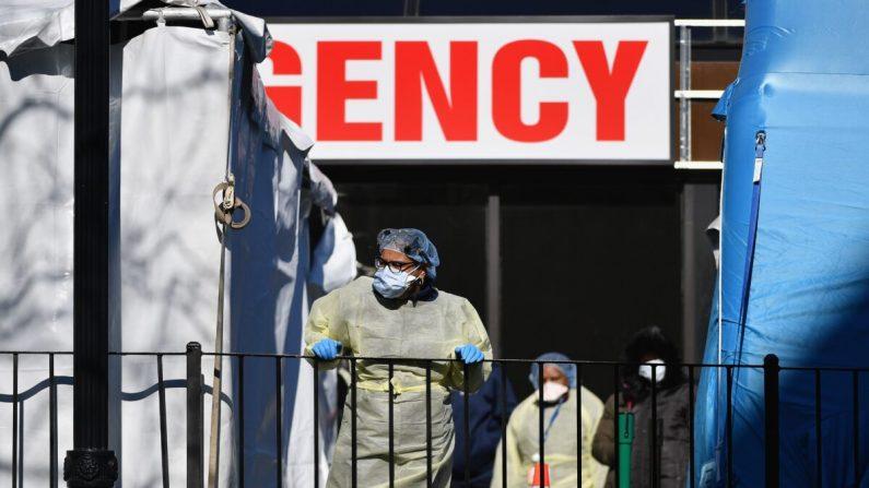 Trabajadores médicos afuera del Centro Hospitalario Elmhurst en el distrito de Queens de la ciudad de Nueva York el 26 de marzo de 2020. (Angela Weiss/AFP a través de Getty Images)