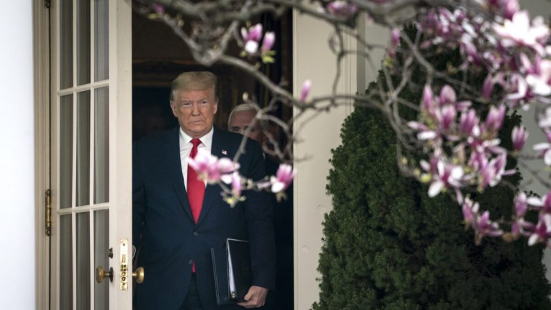 El presidente Donald Trump sale de la Oficina Oval y se dirige a una conferencia de prensa sobre la actual pandemia mundial de coronavirus en el jardín de rosas en la Casa Blanca en Washington, DC el 13 de marzo de 2020. (Drew Angerer/Getty Images)