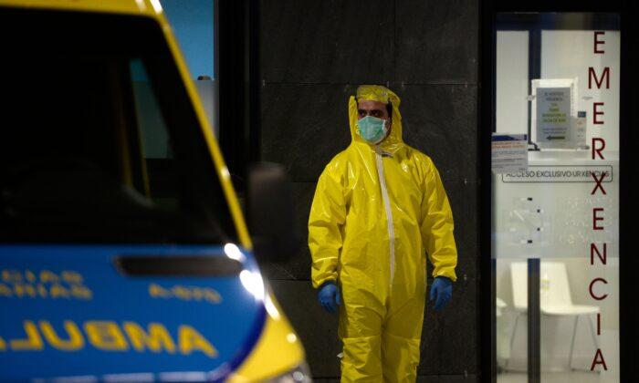 Un paramédico se encuentra en las afueras del hospital Álvaro Cunqueiro en Vigo, al noroeste de España, el 25 de marzo de 2020. (Miguel Riopa/AFP vía Getty Images)