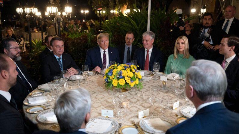 El presidente Donald Trump (centro), habla con el presidente brasileño Jair Bolsonaro (izquierda), durante una cena en Mar-a-Lago en Palm Beach, Florida, el 7 de marzo de 2020. (Jim Watson/AFP vía Getty Images)