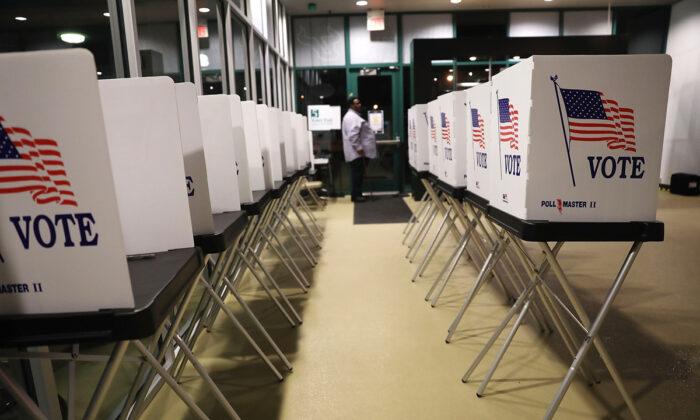 Las urnas de votación están instaladas en el Centro Yuengling en el campus de la Universidad del Sur de Florida mientras los trabajadores se preparan para abrir las puertas a los primeros votantes en Tampa, Florida, el 22 de octubre de 2018. (Joe Raedle/Getty Images)