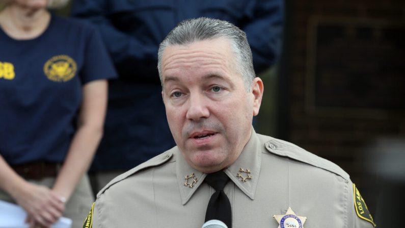 El sheriff del condado de Los Ángeles, Alex Villanueva, habla en una conferencia de prensa en una fotografía de archivo. (Josh Lefkowitz/Getty Images)