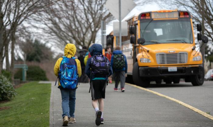 Estudiantes salen de la escuela primaria, Thurgood Marshal, después de que el sistema de escuelas públicas cerrara abruptamente debido a los temores por el virus del PCCh, el 11 de marzo de 2020. (John Moore/Getty Images)
