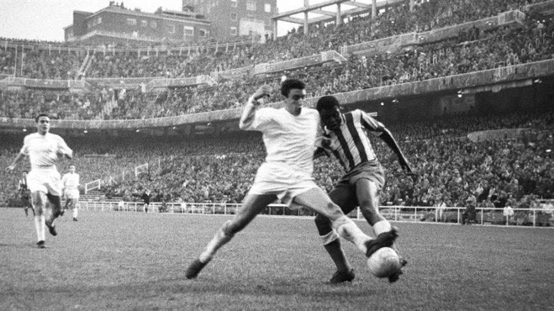 El jugador del Real Madrid Pachín disputa el balón con el delantero del Atlético de Madrid Miguel Jones (d). EFE/Jaime Pato/Archivo